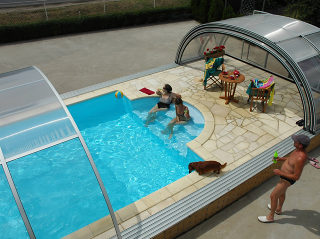 Telescopische Zwembad overkapping TROPEA NEO met extra ruimte om te genieten naast het zwembad