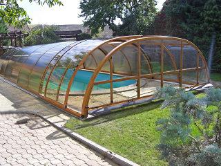 Telescopische Zwembadoverkapping TROPEA beschermt uw zwembad van polutie  (hout immitatie)