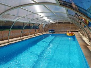 Telescopische Zwembadoverkapping TROPEA beschermt uw zwembad van polutie