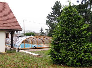 Zwembadoverkapping TROPEA staat perfect over uw zwembad
