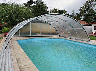 Zwembadoverkapping UNIVERSE NEO beschermt uw zwembad voor bladeren