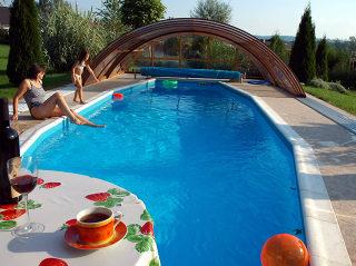 Zwembad overkapping UNIVERSE NEOvolledig wegschuifbaar bij mooi weer