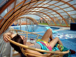 Telescopische zwembadoverkapping UNIVERSE verhoogt de temperatuur van het water in uw zwembad en geeft een extra overdekte relaxruimte boven het terras
