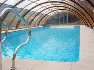 Luxueuze uitvoering in houtimmitatie Zwembadoverkapping UNIVERSE