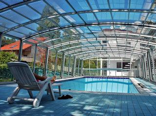 Zwembadoverkapping VENEZIA met eventueel ruimte om bijpassend meubilair te plaatsen