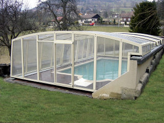 Telescopische Zwembadoverkapping VENEZIA verhoogt de temperatuur van het water in uw zwembad