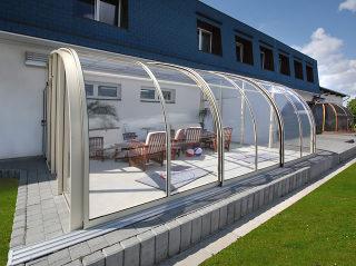 Hoge terras overkapping CORSO Entry met kristalhelder polycarbonaat uitvoering