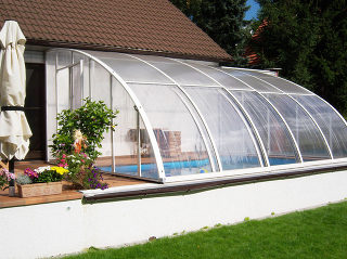 Zwembad en terras overkapping CORSO Entry voor meer privacy in uw zwembad
