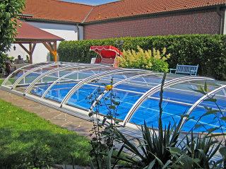 Zwembad overkapping ELEGANT NEO de esthetische oplossing met een lage overkapping
