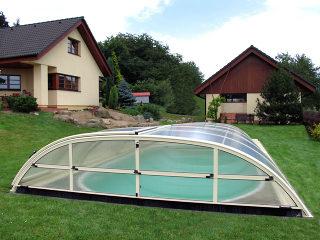 Lage Zwembadoverkapping ELEGANT staat discreet in uw tuin