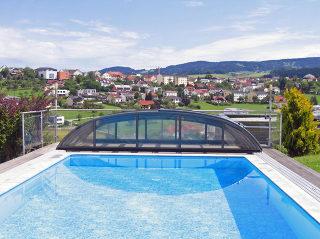 Zwembadoverkapping ELEGANT kan volledig achter het zwembad worden weggeschoven