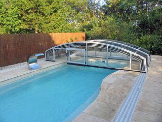 IMPERIA NEO light- geniet van uw zwembad ondanks het weer  - hier weggeschoven met opklapbare voorwand om obstakels te vermijden