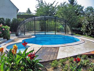 Zwembad overkapping LAGUNA NEO weggeschoven achter het zwembad