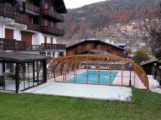 brede Zwembadoverkapping LAGUNA in houtimmitatie design