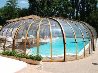 Zwembad overkapping OLYMPIC (houtimmitatie) geeft een mooie extra overdekte ruimte naast uw zwembad