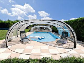 Zwembadoverkapping Olympic een hoge en grote overkapping waar men genoeg ruimte heeft om te ontspannen naast het zwembad