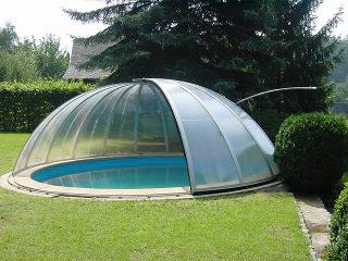Zwembadoverkapping ORIENT - aluminium constructie  en transparente uitvoering voor een esthetisch zicht