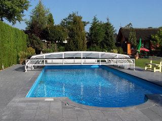 Zwembadoverkapping RIVIERA  (wit) - gepositioneerd achter het zwembad - met opklapbaar verluchtingssysteem