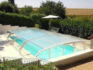 Zwembad overkapping RIVIERA in witte kleur- past perfect in een lichte omgeving