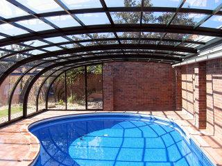Zwembadoverkapping STYLE beschermt uw zwembad en zorgt voor minder onderhoud en een proper zwembad