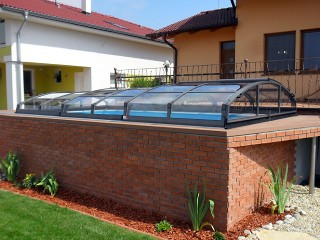 Atypical swimming pool enclosured with Imperia NEO with anthracite finish