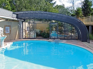 Fully retracted pool enclosure Style