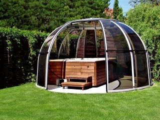 Hot tub enclosure Spa Dome Orlando with dark polycarbonate and white profiles