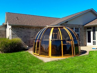 Hot tub enclosure Spa Dome Orlando with wood imitation finish and dark polycarbonate for more privacy