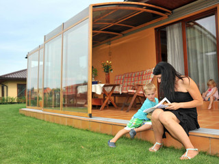 Retractable patio enclosure CORSO Solid is ideal family place