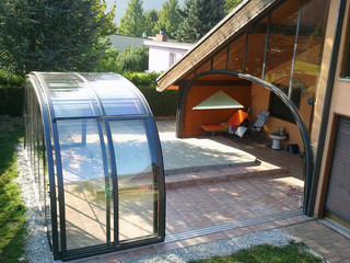 Atypical installation of pool enclosure Laguna - attached to house wall