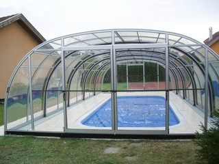 Pool enclosure LAGUNA with doors in the front facing wall of the segment