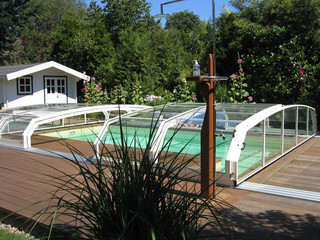 White color used on construction of pool cover OCEANIC built on wooden deck