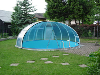 Retractable pool enclosure ORIENT increases temperature of water in pool