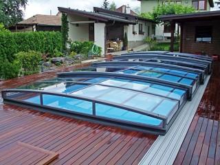 Antracytowy kolor zadaszenia basenowego Viva pasuje doskonale do drewnianej podłogi