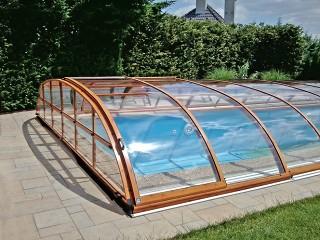 Bliższe spojrzenie na zadaszenie basenowe Elegant NEO o wykończeniu imitującym drewno
