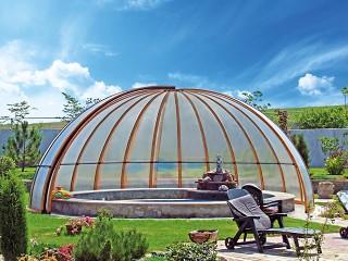 Całkowicie otwarte zadaszenie basenowe Orient o wykończeniu imitującym drewno