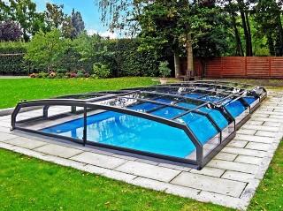 Niskie zadaszenie basenowe Riviera chroni wodę przed wychłodzeniem podczas zimnej pogody