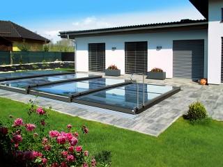 Nowocześnie wyglądające zadaszenie basenowe Terra wygląda doskonale w połączeniu z domem o nowoczesnej architekturze
