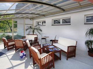 Zasuwane zadaszenie basenowe i patio CORSO Entry jest innowacyjnym powiększeniem domu