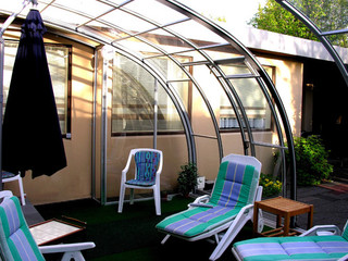Zadaszenie basenowe i patio CORSO Entry zwiększa prywatność w Twoim basenie