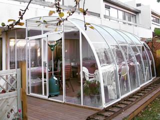Zadaszenie patio CORSO Entry z białymi, aluminiowymi ramami