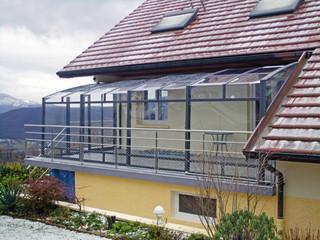 Widok z środka zadaszenia patio CORSO wykonanego przez Alukov - członek zespołu IPC