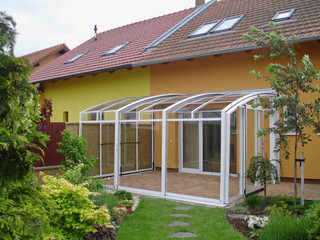 Zasuwane zadaszenie patio CORSO wykonane przez Alukov - z białymi ramami