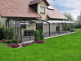 Zasuwane zadaszenie patio CORSO wykonane przez Alukov - z ciemnymi, antracytowymi ramami