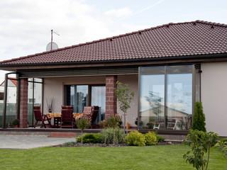 Zasuwane zadaszenie patio CORSO wykonane przez Alukov - ulubiony brązowy kolor