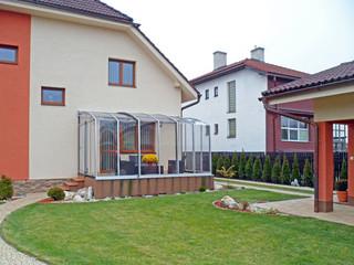 Zadaszenie patio CORSO w białym kolorze, dopasowującym się do domu