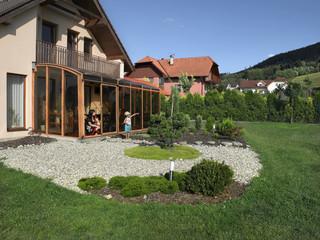 Zadaszenie patio CORSO świetnie pasuje do każdego rodzaju domu i ogrodu