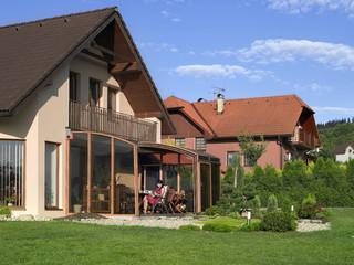 Zadaszenie patio CORSO świetnie pasuje do Twojego domu - imitacja drewna na aluminiowych ramach