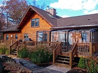 Przesuwana zabudowa tarasowa Corso Premium doskonale pasuje do drewnianego domku