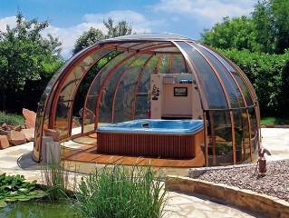 Przesuwana zabudowa wanny spa Spa Sunhouse o wykończeniu imitującym drewno